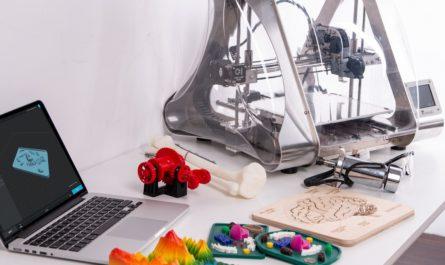 Počítač s tiskárnou připravené pro 3D tisk.