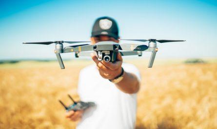 Dron, který mladík za chvíli vypustí.