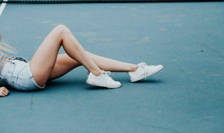 Klouby mladé dívky, které si musel po sportu odpočinout.
