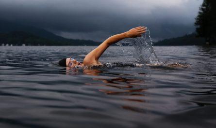 Mladí si užívá plavání na velkém jezeře.