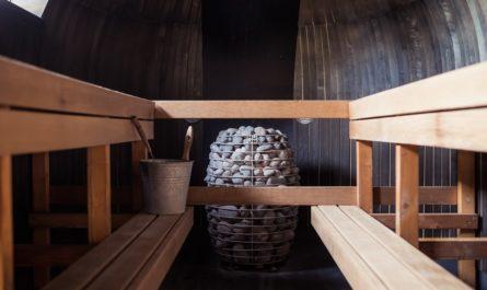 Pohyb v sauně, která nabízí útulné dřevěné prostředí.