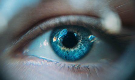 Zdravé oči mladé dívky na fotografii z blízka.